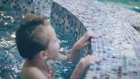 Kleines M?dchen im Pool stock video