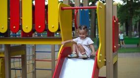 Kleines M?dchen am Spielplatz Kind, das drau?en im Sommer spielt Gl?ckliche Kindheit stock footage