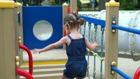 Kleines M?dchen am Spielplatz Kind, das drau?en im Sommer spielt Gl?ckliche Kindheit stock video