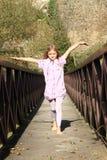 Kleines Mädchen auf Brücke Stockfotos