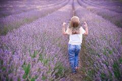 Kleines Mädchen auf dem Lavendelgebiet Stockfotografie