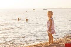 Kleines Mädchen auf dem Strand Stockfotos