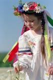 Kleines Mädchen auf Kamillenfeld Lizenzfreie Stockfotografie