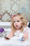 Kleines Mädchen auf Koffer Stockfoto