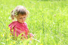 Kleines Mädchen auf Natur Lizenzfreies Stockfoto