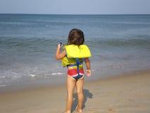 Kleines Mädchen auf Strand Lizenzfreie Stockfotos