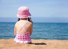 Kleines Mädchen auf Strand Stockbilder