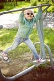 Kleines Mädchen, das auf Eignungsmaschine im Freien trainiert Stockfotografie