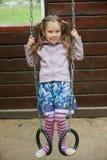 Kleines Mädchen, das auf Spielplatz spielt Stockbilder