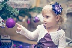 Kleines Mädchen, das den Weihnachtsbaum verziert Lizenzfreies Stockfoto