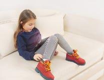 Kleines Mädchen, das in der Verwunderung entlang des Tablettengerätes, Technologie Co anstarrt Lizenzfreie Stockbilder
