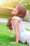 Kleines Mädchen, das draußen meditiert Lizenzfreies Stockbild