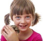 kleines Mädchen, das eine Haustierschildkröte hält Stockfotografie