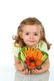 Kleines Mädchen, das eine Schüssel Gemüse anhält Stockbilder