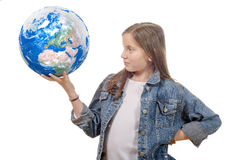 Kleines Mädchen, das eine Weltkugel, lokalisiert auf einem weißen backgroun hält Lizenzfreie Stockfotos