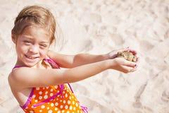 Kleines Mädchen, das einen Frosch abfängt Lizenzfreie Stockfotografie