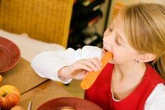 Kleines Mädchen, das Frühstück isst Stockbilder