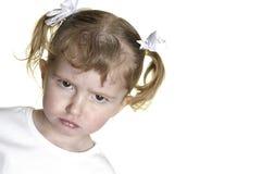 Kleines Mädchen, das Gesichter 12 bildet Stockfotos