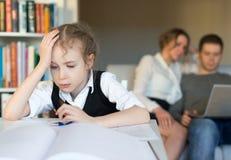 Kleines Mädchen, das Heimarbeit tut Lizenzfreies Stockbild