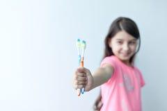 Kleines Mädchen, das ihre Zähne putzt Lizenzfreie Stockfotos