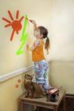 Kleines Mädchen, das ihren Raum malt Stockfoto