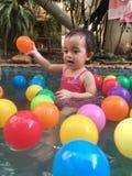 Kleines Mädchen, das im Pool der heißen Quelle spielt Stockfotos