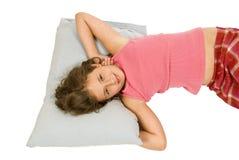 Kleines Mädchen, das mit einem Lächeln aufwacht Stockfotografie