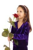 Kleines Mädchen, das mit einer Rose träumt Stockfoto