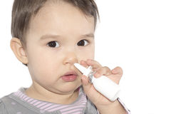 Kleines Mädchen, das nasalen Spray verwendet Stockbild