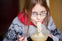 Kleines Mädchen, das Nudeln isst Lizenzfreies Stockbild