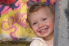 Kleines Mädchen, das Verstecken spielt Lizenzfreies Stockbild