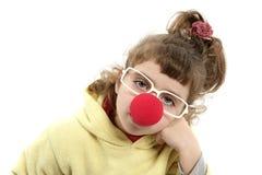 Kleines Mädchen der traurigen Clownwekzeugspritze mit großen Gläsern Lizenzfreie Stockfotos