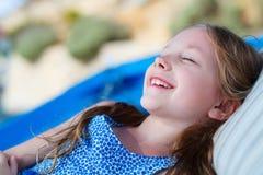 Kleines Mädchen draußen Stockbild