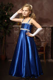 Kleines Mädchen in einem eleganten blauen Kleid Lizenzfreie Stockfotos