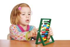 Kleines Mädchen erlernen zu zählen Stockfoto