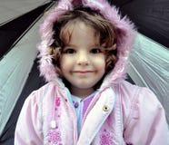 Kleines Mädchen im mit Kapuze Mantel Stockfotos