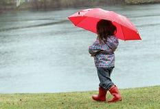 Kleines Mädchen im Regen Lizenzfreies Stockbild