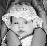 Kleines Mädchen im Schätzchensitz Lizenzfreies Stockfoto