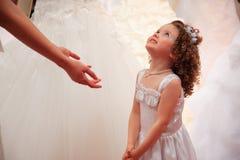 Kleines Mädchen im weißen Kleid. Lizenzfreie Stockbilder