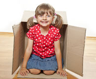Kleines Mädchen innerhalb eines Kastens Lizenzfreies Stockbild