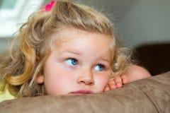 Kleines Mädchen langweilt sich Stockbild