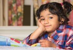 Kleines Mädchen mit einem gebohrten Ausdruck Lizenzfreies Stockbild