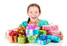 Kleines Mädchen mit Geschenken Stockfoto