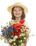 Kleines Mädchen mit großem Blumenstrauß der wilden Blumen Stockfotografie
