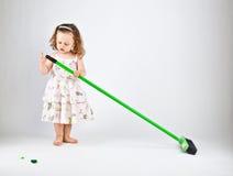 Kleines Mädchen mit Mopp Stockfoto