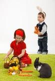 Kleines Mädchen mit Osterhasen Stockbild