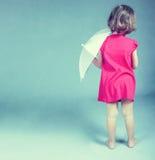 kleines Mädchen mit Regenschirm Stockfotos