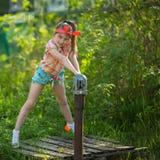 Kleines Mädchen nahe der Wasserpumpe im Dorf Lizenzfreie Stockfotografie