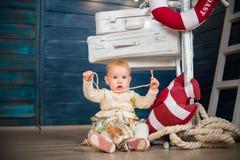Kleines Mädchen sammelt Sachen auf die Art Stockfotografie