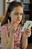 Kleines hispanisches Mädchen, das Mathe tut Stockfotografie